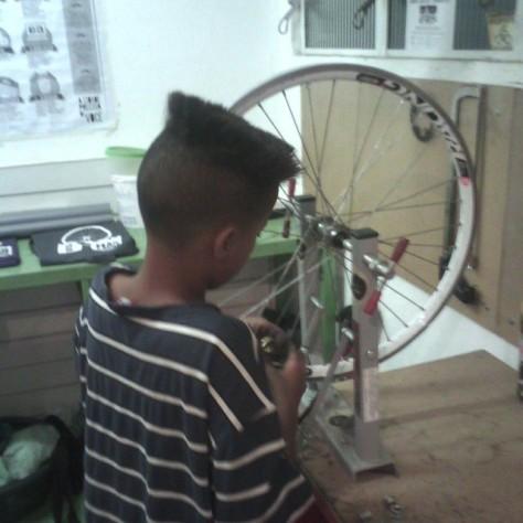 menino aprendendo a alinhar rodas na mão na roda - zn. foto: ciclo zn.