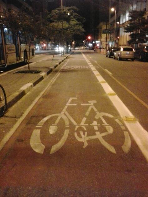 ciclofaixa definitiva sendo pintada e instalada por onde passava a ciclofaixa dominical provisória, na avenida cásper líbero.