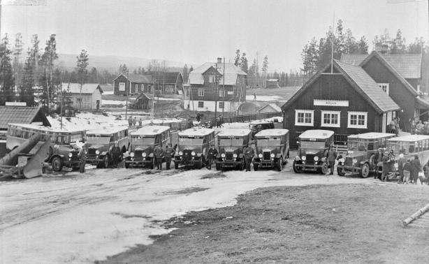 Parada de ônibus na Suécia em 1932. Scania se destacava no mercado local já nas primeiras décadas de atuação Divulgação Scania -  Photo: August Lundholm 1932